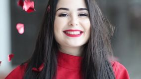 Het jonge mooie vrouw hapyy dansen met rode harten die neer op valentijnskaartendag vallen stock video