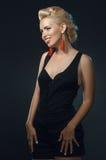 Het jonge mooie vrouw het glimlachen stellen in studio stock afbeeldingen