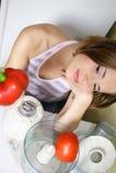Het jonge mooie vrouw koken Stock Afbeeldingen
