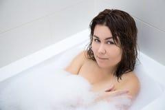 Het jonge mooie vrouw ontspannen in bad Stock Afbeelding