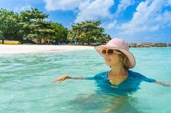 Het jonge mooie vrouw ontspannen op een strand royalty-vrije stock afbeelding