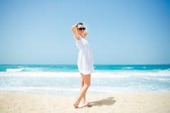 Het jonge mooie vrouw stellen op het strand Royalty-vrije Stock Afbeelding