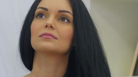 Het jonge mooie vrouw wit ruiken nam bloem en het dromen toe stock video