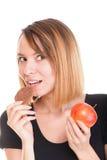 Het jonge mooie wijfje kiest van zoete cake en rode appel Stock Foto