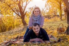 Het jonge mooie wit marryed paar liggend op een plaid royalty-vrije stock foto's