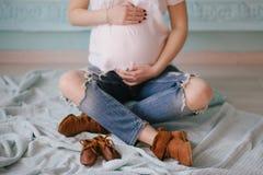 Het jonge mooie zwangere vrouw stellen in een uitstekend binnenland Stock Foto's