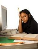 Het jonge Moslimmeisje bestuderen Stock Afbeelding