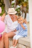 Het jonge Mum-spelen met haar leuke kleine dochter Royalty-vrije Stock Fotografie
