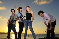 Het jonge muzikale band stellen in openlucht met houding Stock Afbeelding