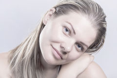 Het jonge natuurlijke schoonheidsgezicht, blonde haarvrouw zonder maakt omhoog Stock Afbeeldingen