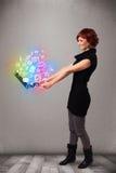 Het jonge notitieboekje van de dameholding met kleurrijke hand getrokken multimedia Royalty-vrije Stock Afbeeldingen