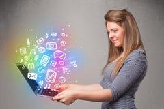 Het jonge notitieboekje van de dameholding met kleurrijke hand getrokken multimedia Stock Afbeelding