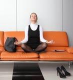 Het jonge onderneemster mediteren Stock Fotografie