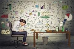 Het jonge onderneemster uitvoerende werken aan laptop in bureau Stock Foto's