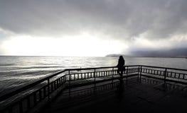 Het jonge onherkenbare meisje stellen Meer Ohrid Stock Afbeelding