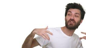 Het jonge ontspannen losse mens zingen die aan de golvende handen van de clubmuziek op witte achtergrond dansen stock videobeelden