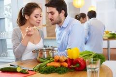 Het jonge ooking Ð ¡ ouple Ð ¡ in Ð•hij Keuken Gezond voedsel stock foto's