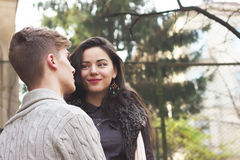 Het jonge paar bekijkt elkaar Stock Afbeelding