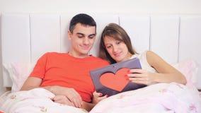 Het jonge paar bekijkt laptop stock videobeelden