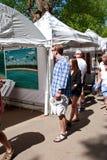 Het jonge Paar bekijkt Schilderijen op Vertoning in Kunstenfestival royalty-vrije stock afbeeldingen