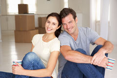 Het jonge paar bewoog zich enkel binnen aan nieuw huis Stock Afbeelding
