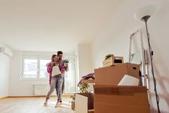 Het jonge paar bewoog zich enkel in nieuwe lege en flat die - verhuizing uitpakken schoonmaken stock foto's