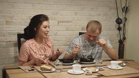 Het jonge paar bij de liefdemens en de vrouw hebben ontbijt thuis 1 stock footage