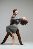 Het jonge paar dansen Royalty-vrije Stock Afbeeldingen