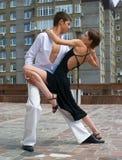 Het jonge paar dansen Stock Foto