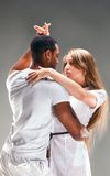 Het jonge paar danst Caraïbische Salsa Stock Afbeeldingen