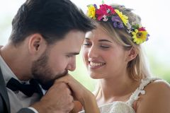 het jonge paar in de Bruid en de bruidegom het kussen van het liefdehuwelijk dient het park in newlyweds Close-upportret van mooi royalty-vrije stock fotografie
