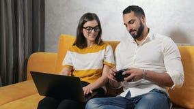 Het jonge Paar doet online het Winkelen stock footage