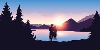Het jonge paar door de rivier geniet van het bosaardlandschap bij zonsopgang royalty-vrije illustratie