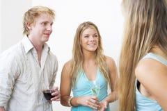 Het jonge paar drinken Stock Foto