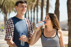 Het jonge paar drinkt water Stock Afbeelding