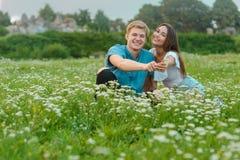Het jonge paar geeft bloemen stock fotografie