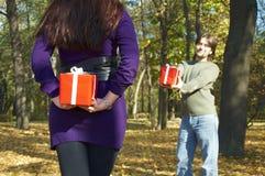 Het jonge paar geeft giften stock afbeeldingen