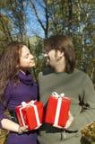 Het jonge paar geeft giften royalty-vrije stock afbeelding
