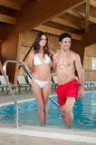 Het jonge paar geniet kuuroord van pool Stock Foto's