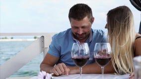 Het jonge paar heeft een diner in restaurant stock video