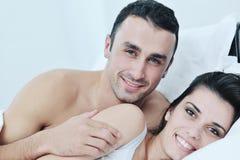 Het jonge paar heeft goede tijd in hun slaapkamer Stock Fotografie