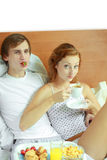 Het jonge paar heeft ontbijt in bed Royalty-vrije Stock Foto