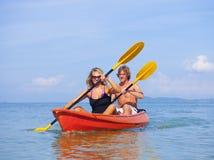 Het jonge paar kayaking op het overzees stock foto