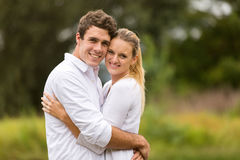 Het jonge paar koesteren Royalty-vrije Stock Afbeelding
