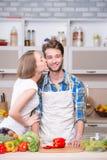Het jonge paar koken samen in keuken Royalty-vrije Stock Foto