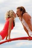 Het jonge paar kussen Royalty-vrije Stock Afbeelding