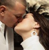 Het jonge paar kussen Royalty-vrije Stock Foto's