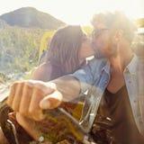Het jonge paar kussen in de auto royalty-vrije stock foto's