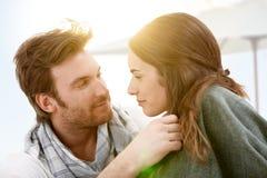 Het jonge paar kussen in de zomerzonneschijn op strand Royalty-vrije Stock Foto's