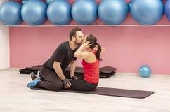Het jonge Paar Kussen in een Gymnastiek stock afbeeldingen